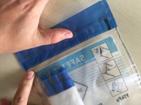 foto van het dichtplakken van het plastic zakje