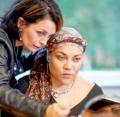vrouw krijgt instructies bij make-up les