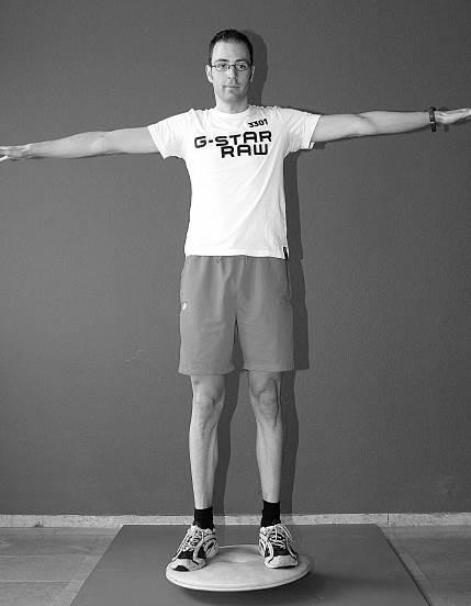 balans oefening op tol armen gestrekt
